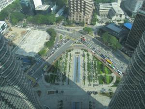 Taman di belakang Menara Petronas tempat biasa turis mengambil foto berlatarkan Menara Petronas (difoto dari sky bridge)